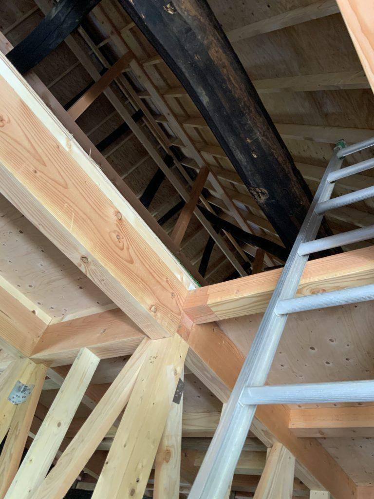 屋根の内側と2階部分